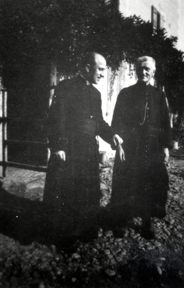 Le père Georges Finet et le père Georges Faure, devant la ferme de la famille Robin