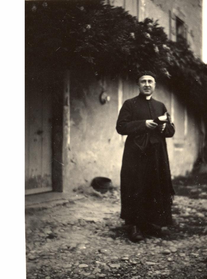 Le père Georges Finet devant la ferme Robin