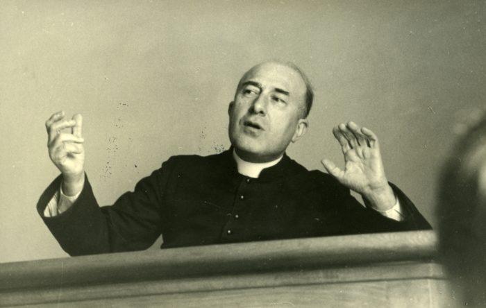 Le père Georges Finet pendant une retraite spirituelle au Foyer de Charité de Châteauneuf